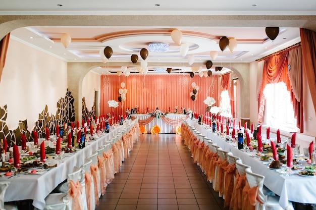 Widok na salę restauracyjną. świąteczny stół w sali bankietowej weselnej.