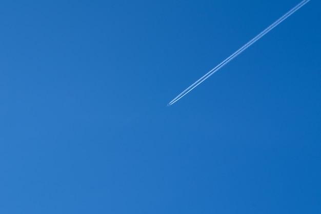 Widok na samolot i błękitne, czyste niebo