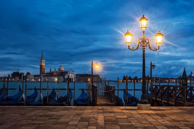 Widok na san giorgio maggiore z wenecji nocą, włochy.