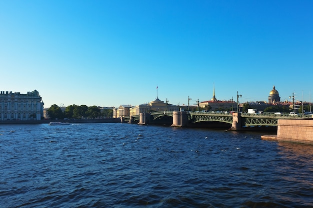 Widok na sankt petersburg. most pałacowy