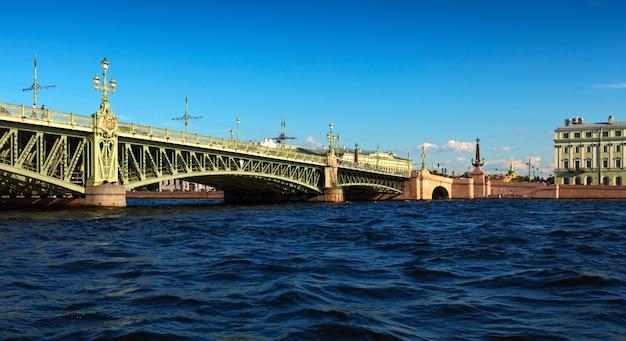 Widok na sankt petersburg. most trójcy