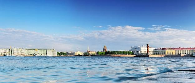Widok na sankt petersburg od rzeki newy. rosja
