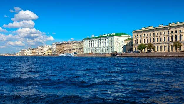 Widok na sankt petersburg. pałac embankment