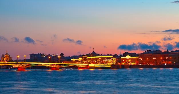 Widok na sankt petersburgu w zachodzie słońca