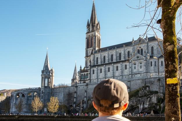 Widok na sanktuarium katedralne w lourdes