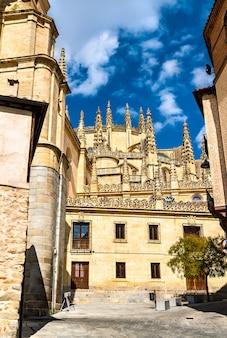 Widok na segowię z katedrą. światowe dziedzictwo unesco w hiszpanii
