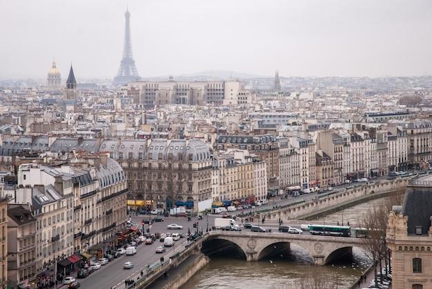 Widok na sekwanę i wieżę eiffla w paryżu, francja