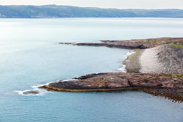 Widok na skaliste wybrzeże morza barentsa. półwysep kolski, arktyka, rosja.