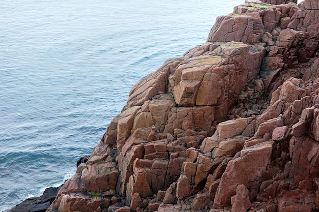 Widok na skaliste wybrzeże morza barentsa