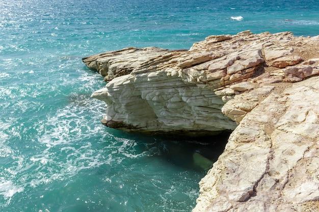 Widok na skaliste wybrzeże w godzinach porannych