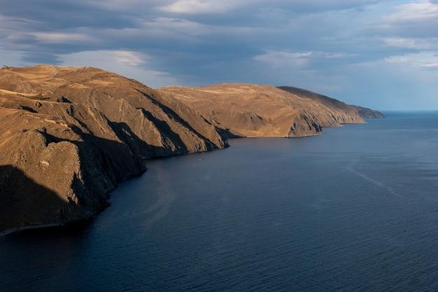 Widok na skalisty brzeg jeziora bajkał