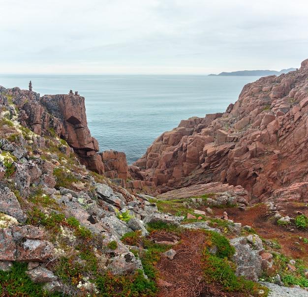 Widok na skalisty brzeg morza barentsa. półwysep kolski, arktyka, rosja.