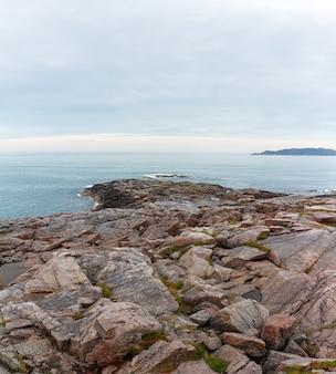 Widok na skalisty brzeg morza barentsa. półwysep kolski, arktyka, rosja