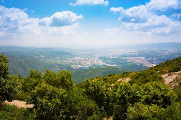 Widok na skalisty kanion i dolinę górską z góry montserrat. barcelona, hiszpania