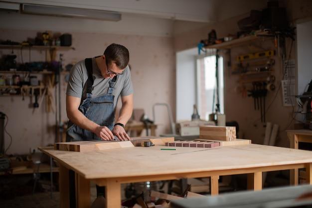 Widok na sklep stolarski, w którym pracuje mężczyzna
