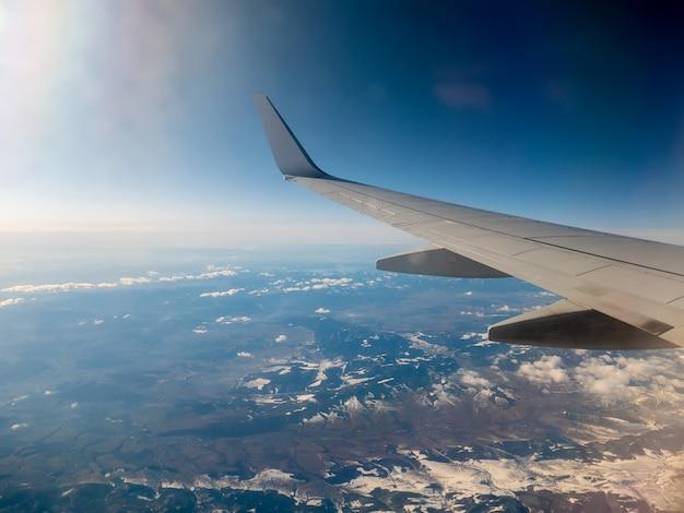Widok na skrzydło samolotu i tatry po polskiej stronie