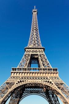 Widok na słynną wieżę eiffla z błękitnym niebem w paryżu