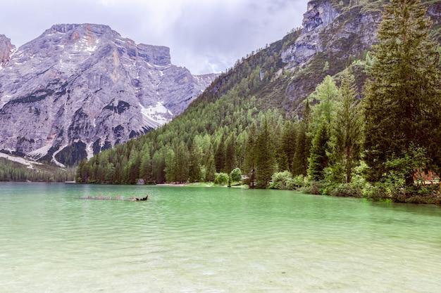 Widok na słynne alpejskie jezioro braies w tle góry seekofel