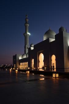 Widok na słynny biały meczet szejka zayeda w abu dhabi, zjednoczone emiraty arabskie w nocy