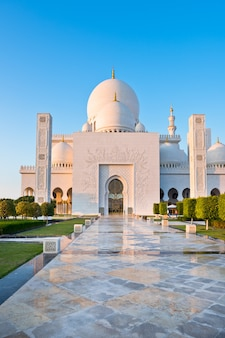 Widok na słynny biały meczet szejka zayeda w abu dhabi, zjednoczone emiraty arabskie