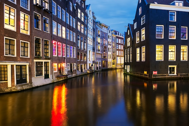 Widok na słynny kanał amsterdamski nocą, holandia