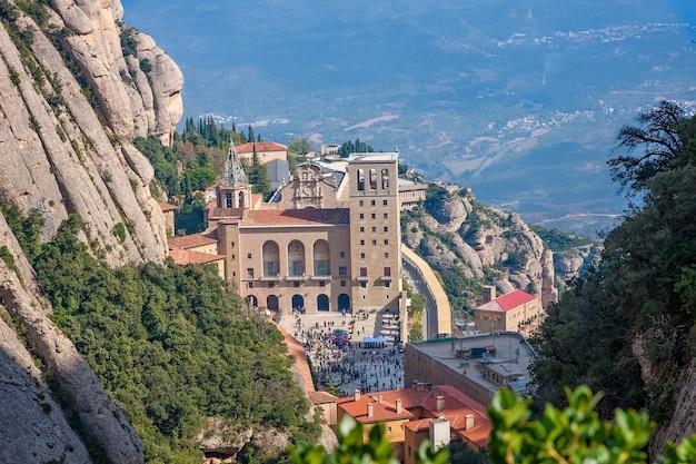 Widok na słynny klasztor montserrat w katalonii w hiszpanii