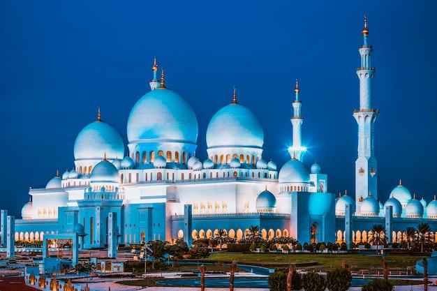 Widok na słynny meczet szejka zayeda w abu zabi w nocy, zjednoczone emiraty arabskie.