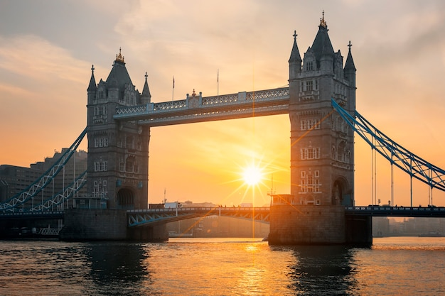 Widok na słynny most tower bridge o wschodzie słońca, londyn.