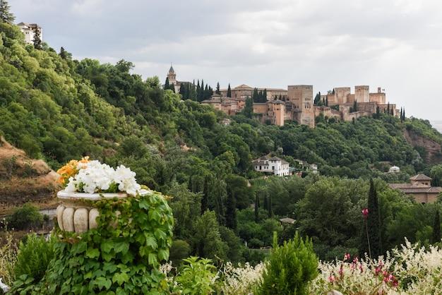 Widok na słynny pałac alhambra w granadzie z sacromonte kwartale