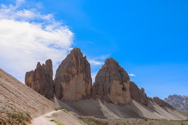Widok na słynny trzy szczyty tre cime di lavaredo. południowy tyrol, włochy