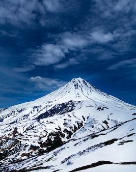 Widok na śnieżny wulkan wiluchiński na kamczatce