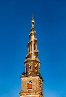 Widok na spiralną iglicę kościoła zbawiciela w kopenhadze, dania