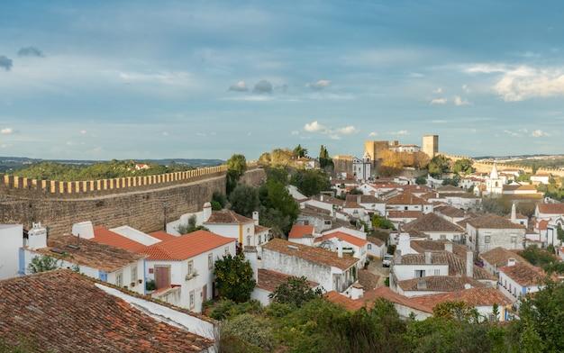 Widok na średniowieczną wioskę obidos, portugalia.