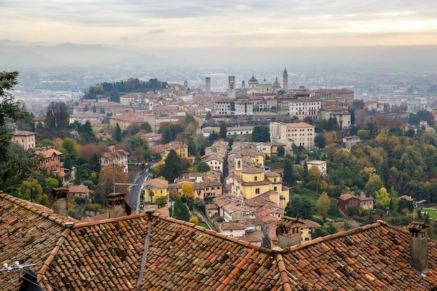 Widok na średniowieczne górne bergamo - piękne średniowieczne miasto w północnych włoszech.