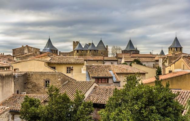 Widok na średniowieczne miasto carcassonne - francja