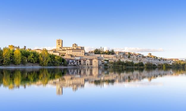 Widok na średniowieczne miasto zamora, hiszpania - douro river