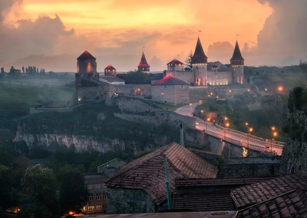 Widok na średniowieczny zamek w kamieńcu podolskim na ukrainie