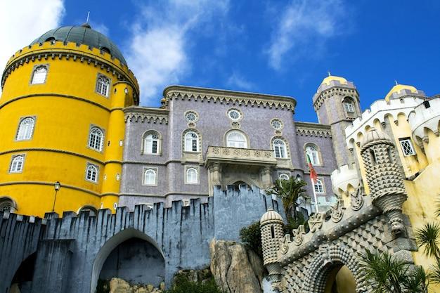 Widok na średniowieczny zamek w portugalii.