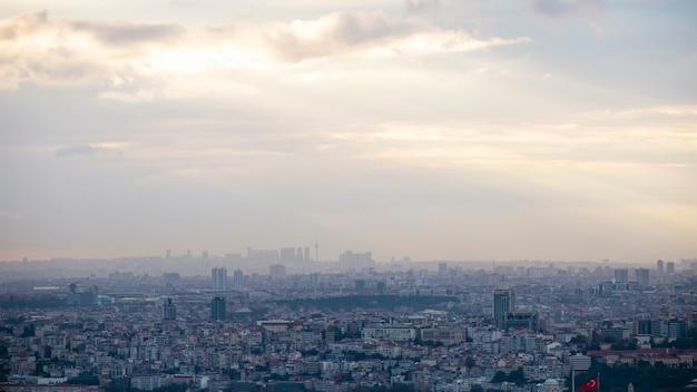 Widok na stambuł przy pochmurnej pogodzie, wiele niskich i wysokich budynków, mgła, turcja