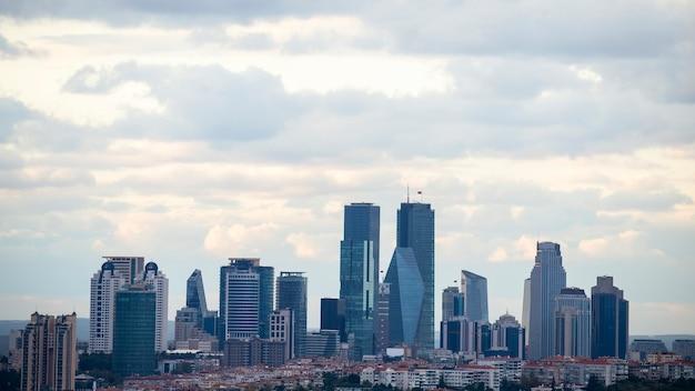 Widok na stambuł przy pochmurnej pogodzie, wiele wysokich i nowoczesnych drapaczy chmur, turcja