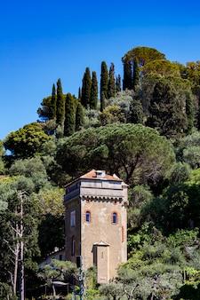 Widok na starą wieżę na wzgórzu w portofino we włoszech