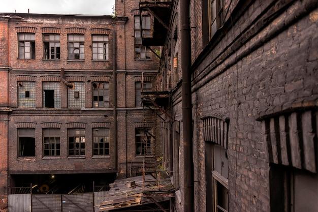 Widok na stare budynki fabryczne. stary budynek w stylu loftu