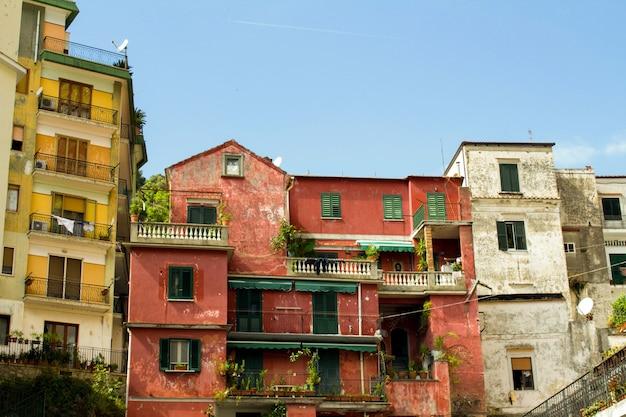 Widok na stare domy amalfi włochy.