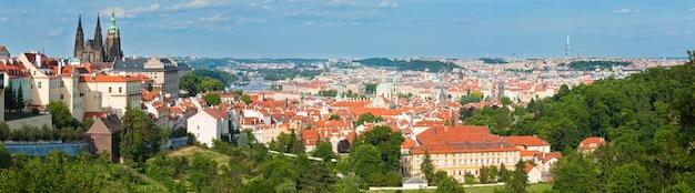 Widok na stare mesto (stare miasto), praga, czechy. trzy ujęcia złożonego obrazu.