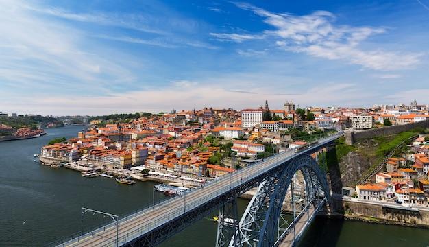 Widok na stare miasto porto, portugalia, letni dzień
