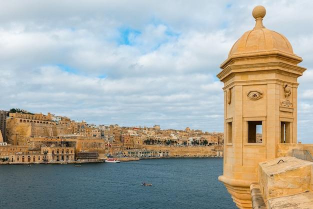 Widok na stare miasto valletta z wieżą strażniczą i ogrodami gardjola w senglea od morza, malta, europa
