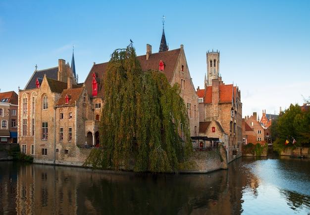 Widok na stare miasto w brugii z wieżą belfort amd, belgia