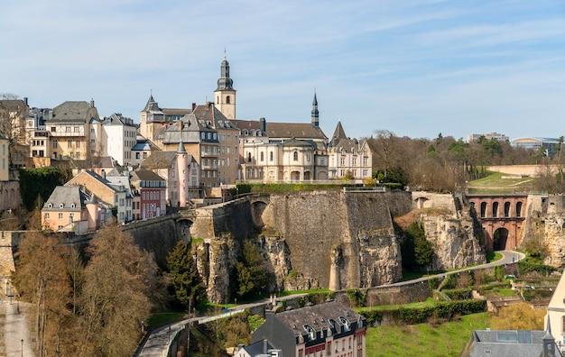 Widok na stare miasto w luksemburgu