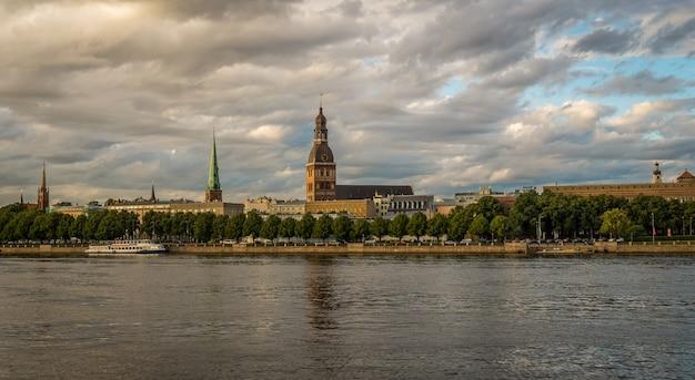 Widok na stare miasto w rydze od strony rzeki