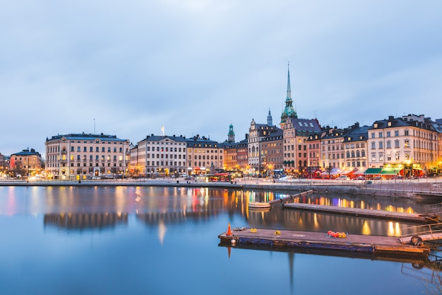 Widok na stare miasto w sztokholmie o zmierzchu